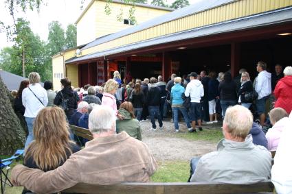 Byggnaden med scenen var fullpackad med folk