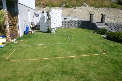 Först mätte jag ut var poolen skulle stå och torkvindan fick monteras ner.