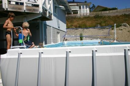 Robert, Simon och Aliette i full pool