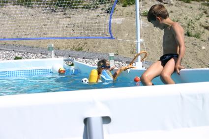 Vollybollnät ingick i poolen